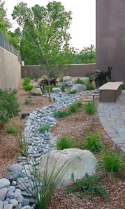 как красиво оформить сухой ручей на даче