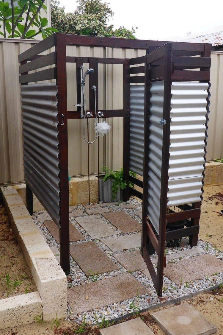 Полузакрытая конструкция кабинки является самым распространенным вариантом для летнего душа