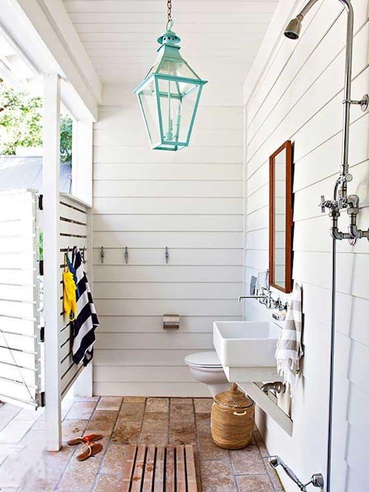 Белый цвет стен поможет визуально увеличить пространство, а хорошее освещение - позволит с комфортом принимать душ даже после захода солнца