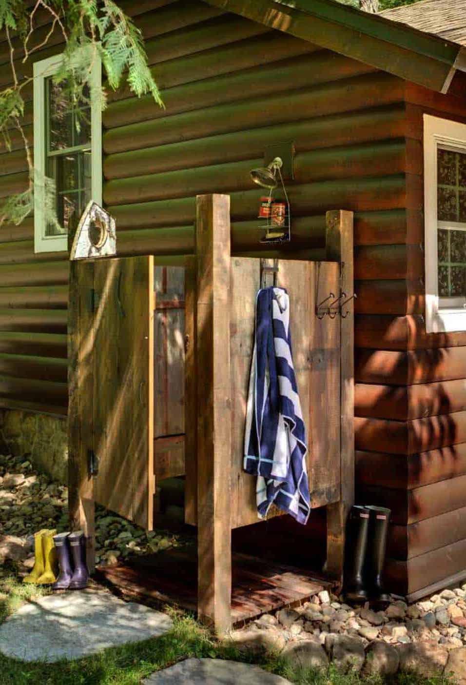 Уютный и простой летний душ пристроенный к дому