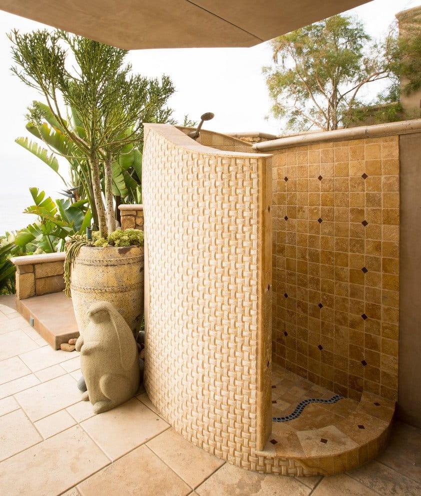 Прочная и надежная душевая конструкция из бетона, обложенного красивой бежевой плиткой