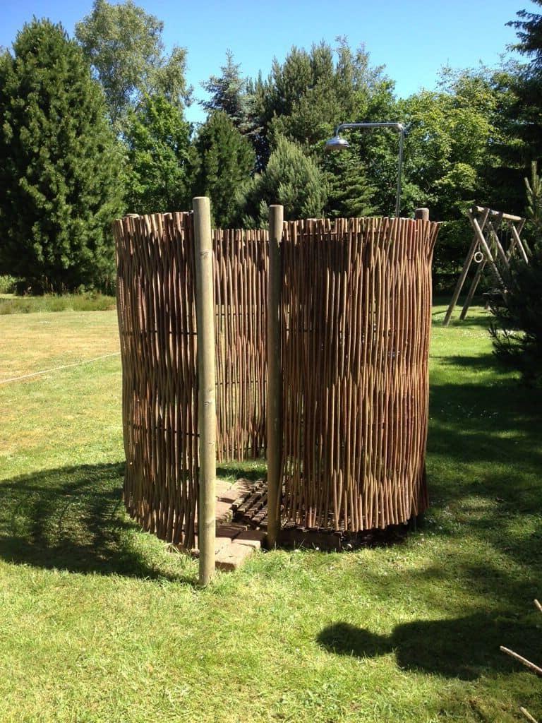 Важно чтобы летний душ во дворе дома гармонично вписывался в общий дизайн сада