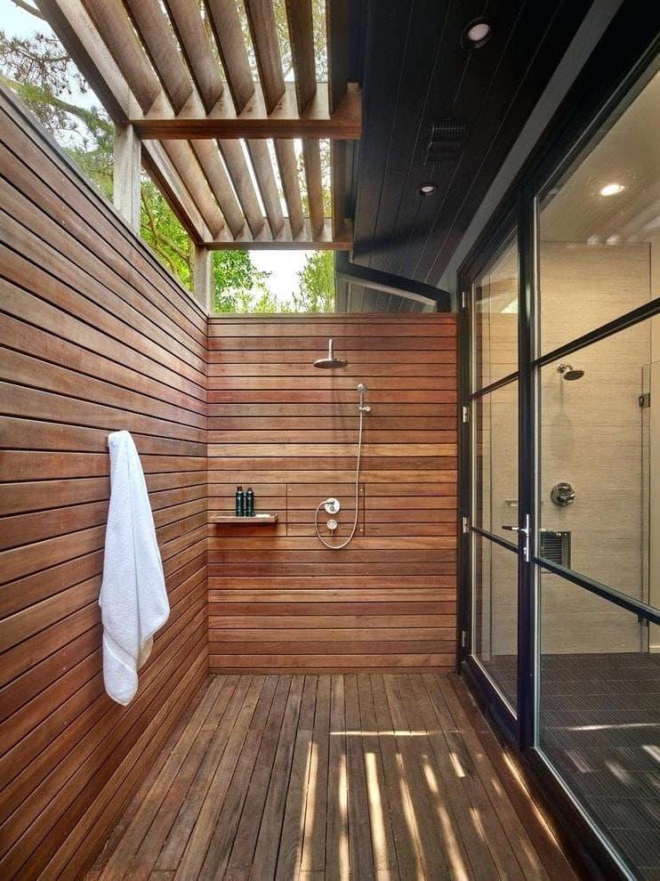 Летний душ в такой планировке – настоящий подарок для тех кто ценит уют и порядок