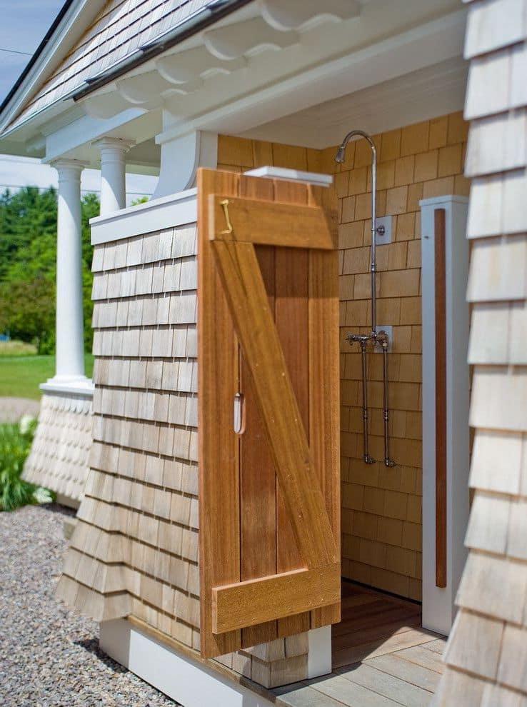 Деревянная душевая кабинка пристроенная к дому