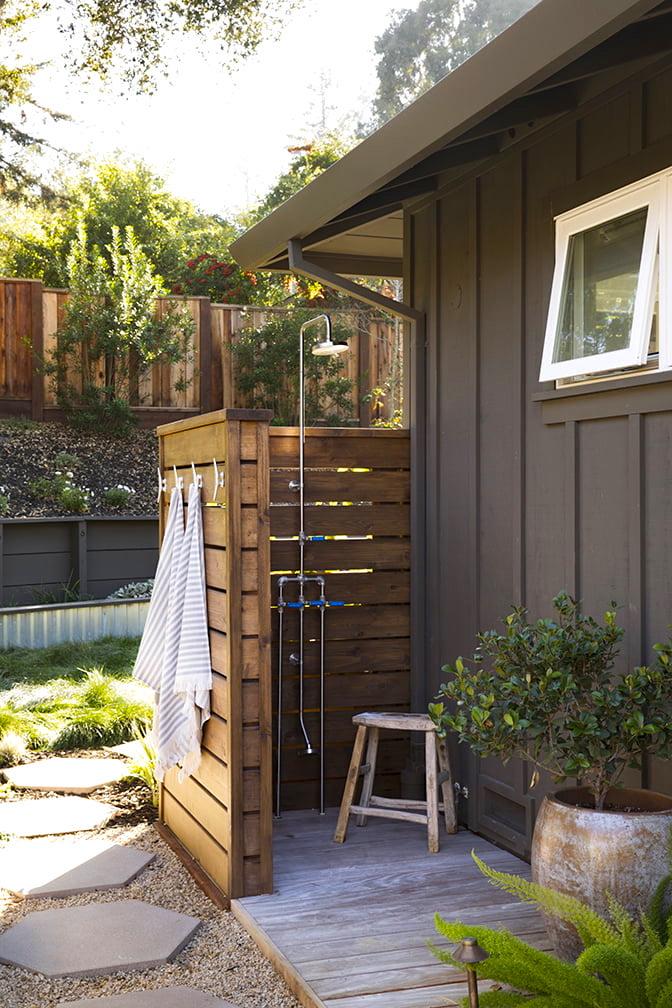 Простой и красивый деревянный душ для дачи