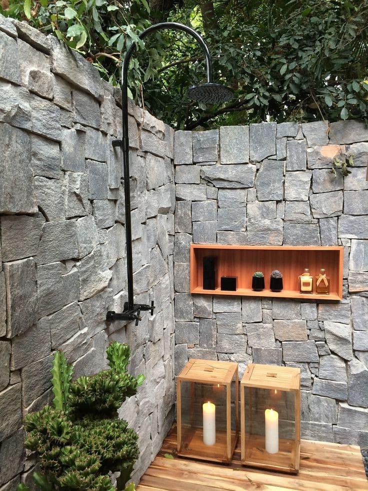 Основательный и практичный летний душ из камня в эко стиле