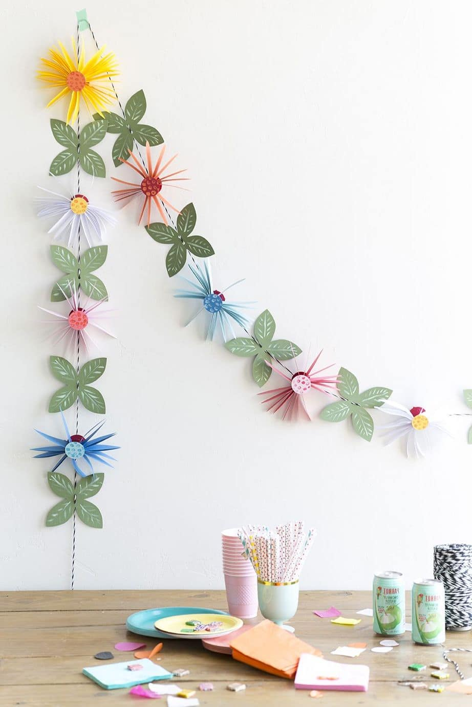 Гирлянда из цветной бумаги отлично смотрится на фоне белой стены