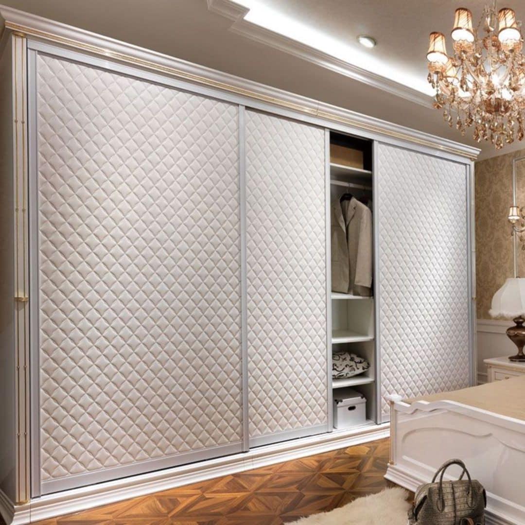 Такой шкаф-купе не только украсит комнату, но и придаст ей торжественности и нарядности