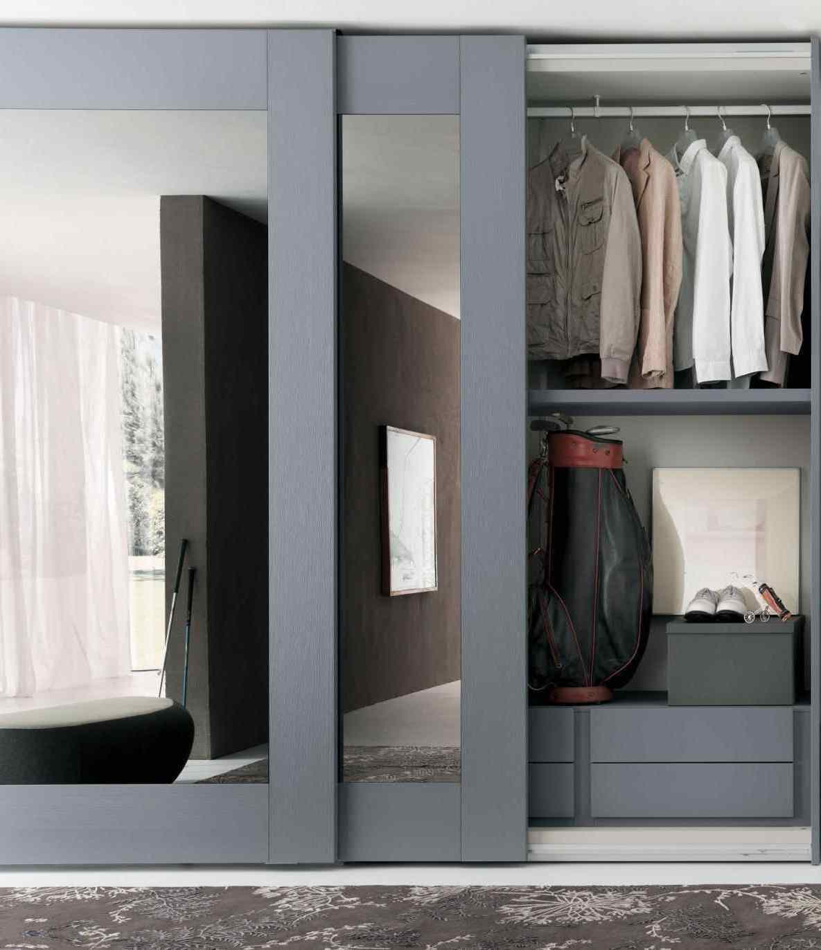 Широкие раздвижные двери шкафа подойдут для просторных помещений