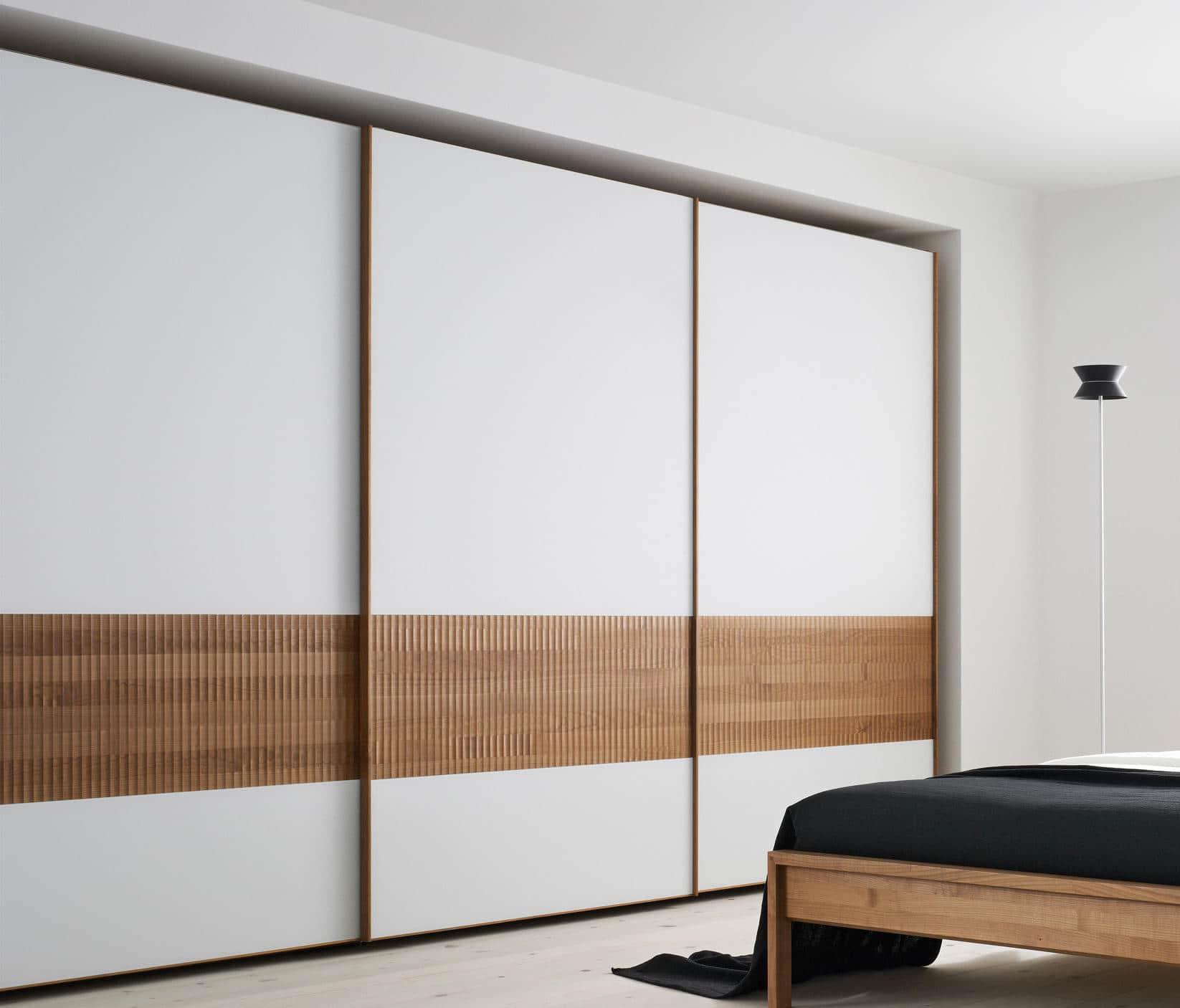 Утонченный и элегантный белый шкаф с деревянными вставками