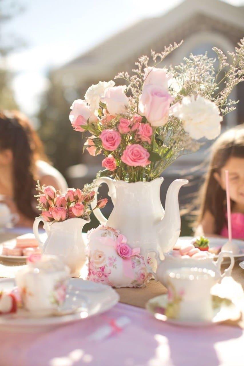 Розы на праздничном столе уместны всегда, они придают торжеству особое значение
