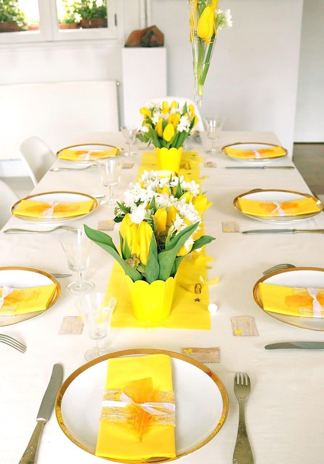 Желтый цвет салфеток и тюльпанов придадут особую атмосферу вашему праздничному столу