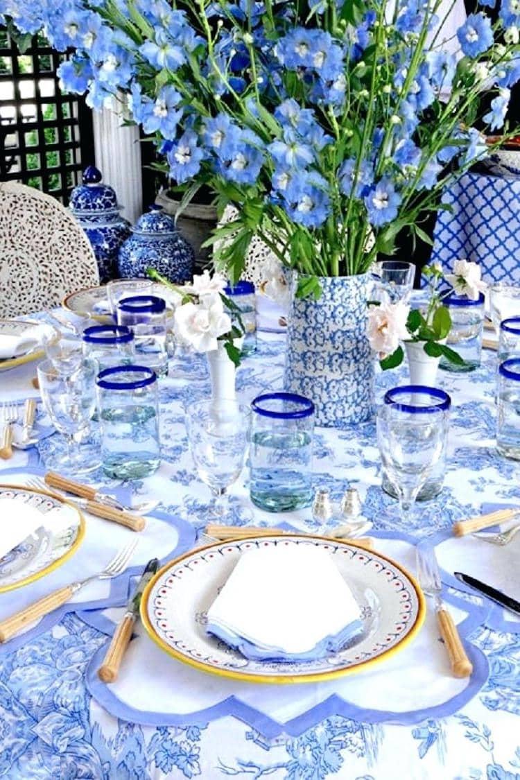 Обилие голубого цвета в в тандеме с красивой посудой