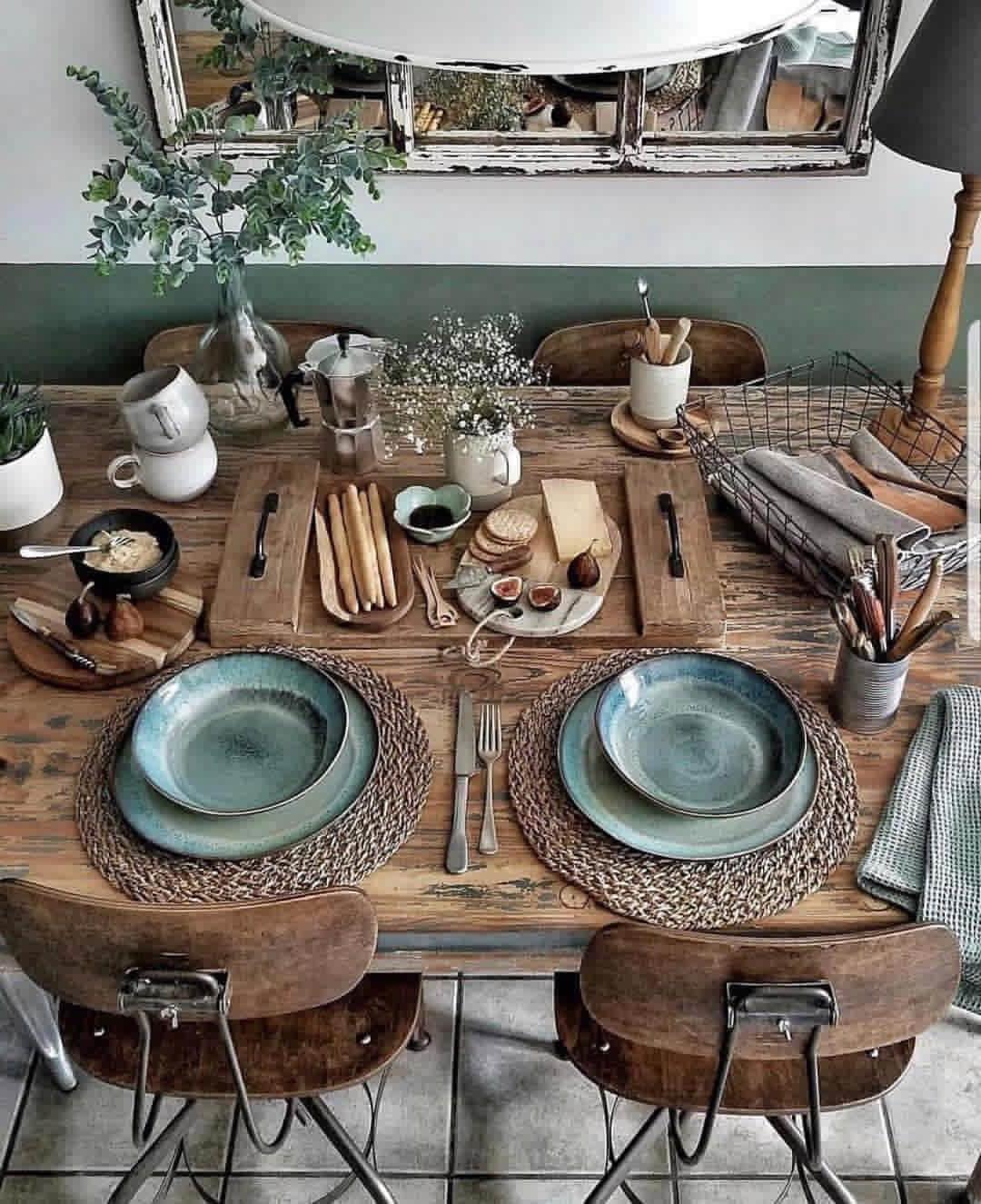 На столе в стиле кантри доминируют дерево и металл