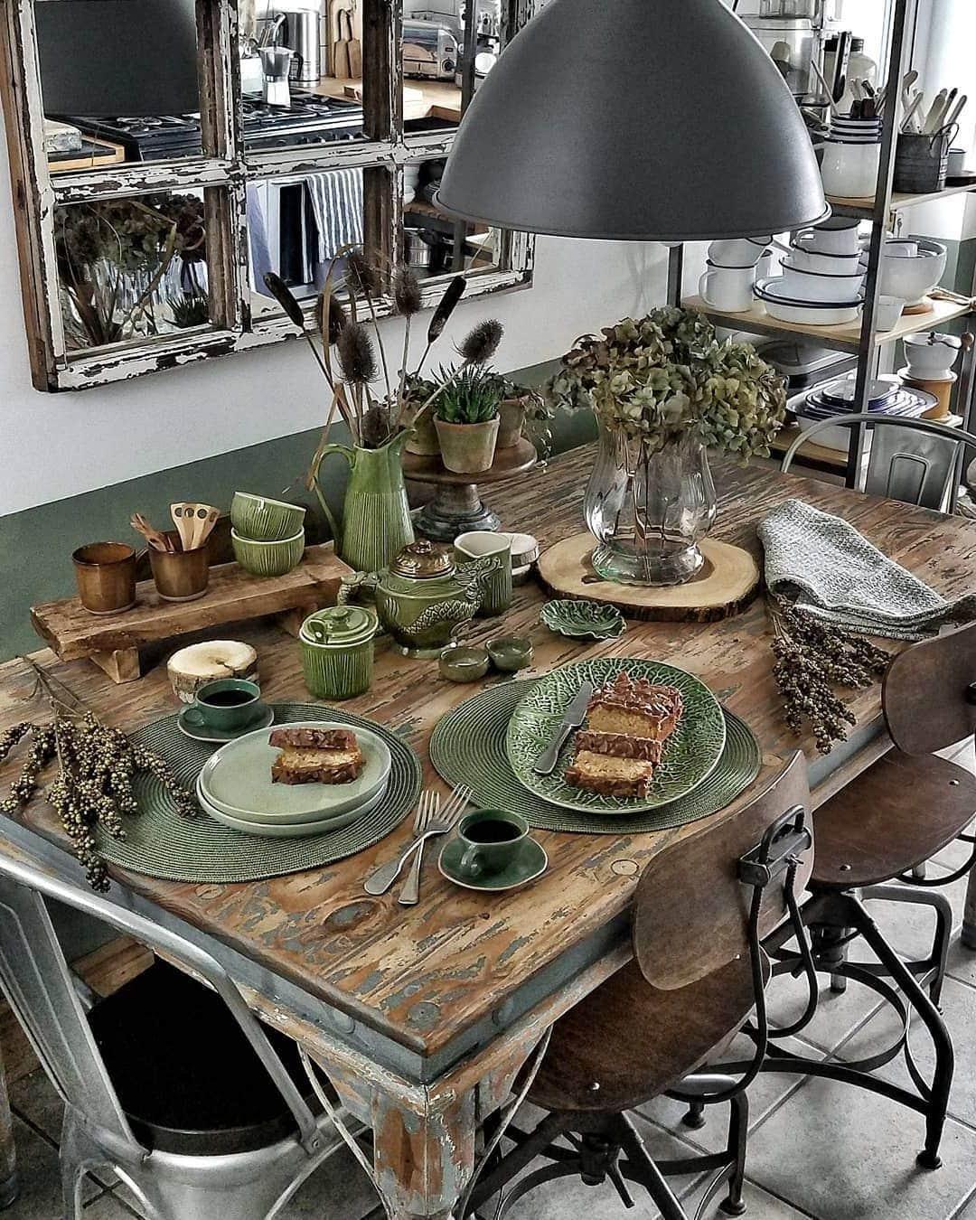 Модная и нестандартная сервировка стола без скатерти