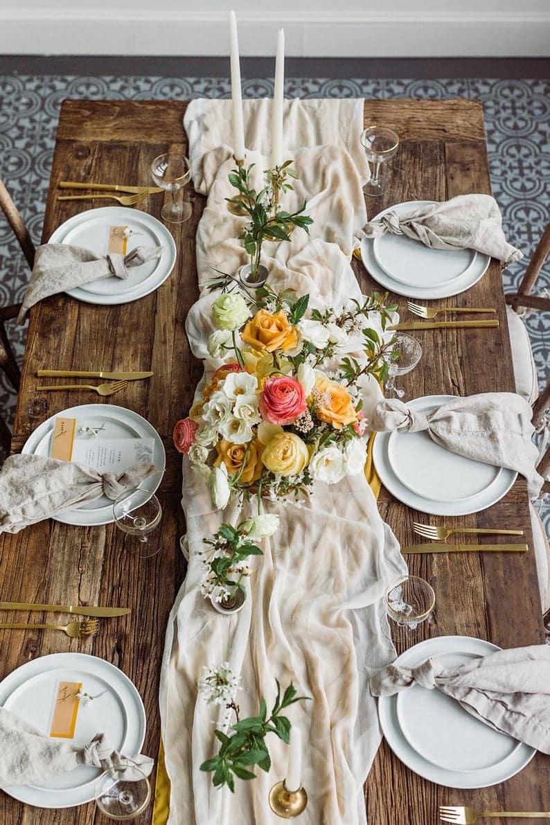 К списку тканей для сервировки стола можно отнести хлопок, вуаль, лен, кисея
