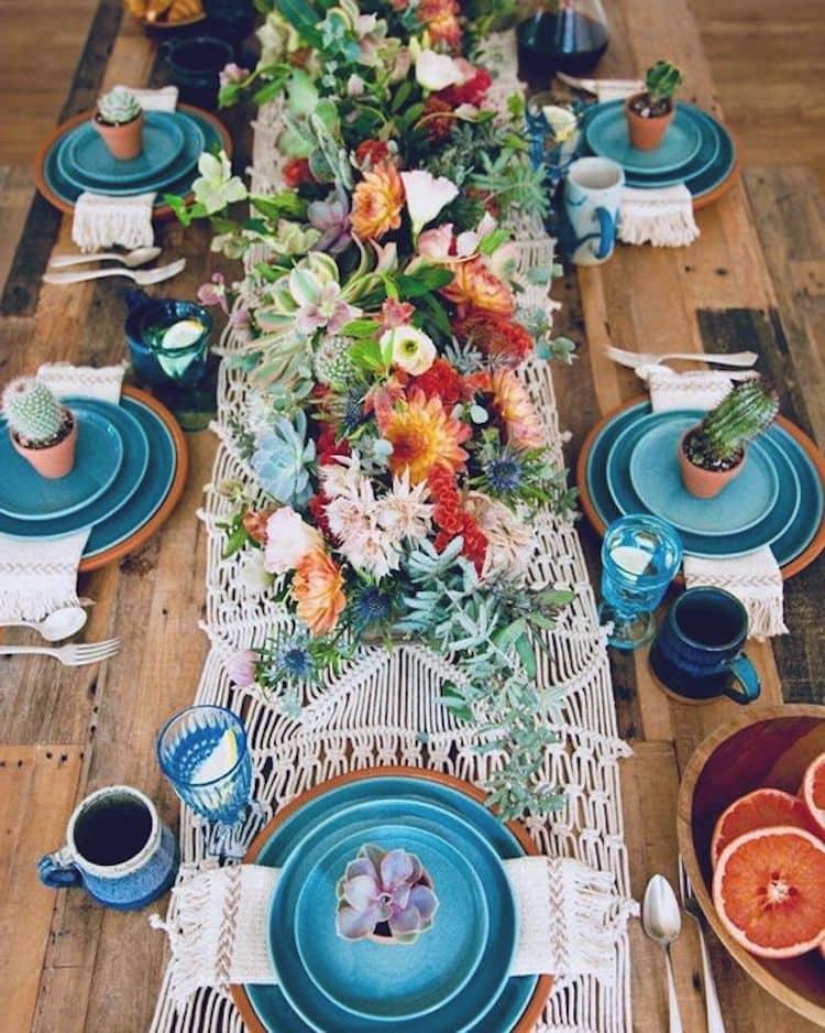 Цветы на столе помогут гостям погрузиться в атмосферу настоящего праздника и веселья