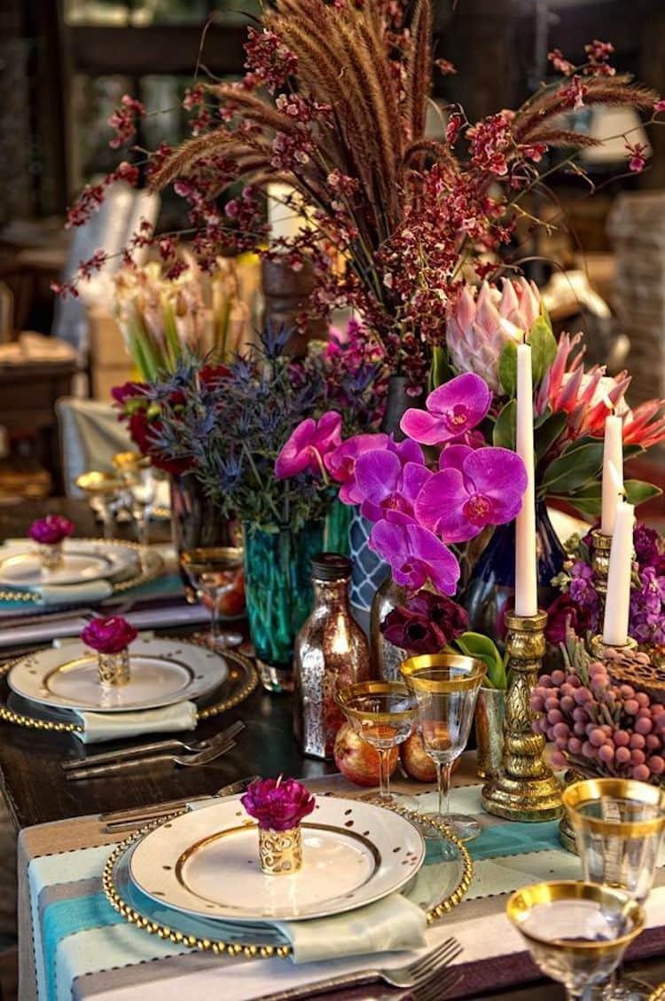 Модные цвета эклектичного стиля с тщательно подобранными столовыми предметами