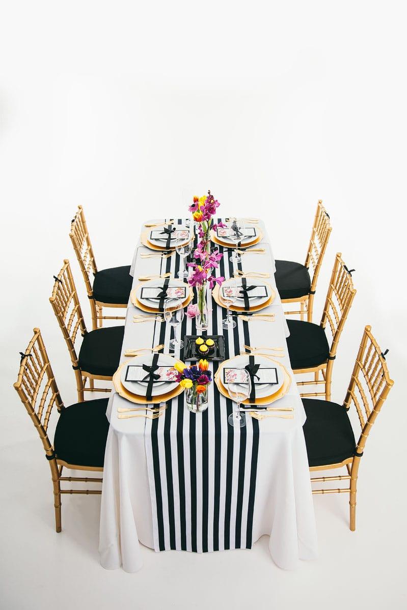 Модные стулья и эффектно украшенный стол для гламурной вечеринки