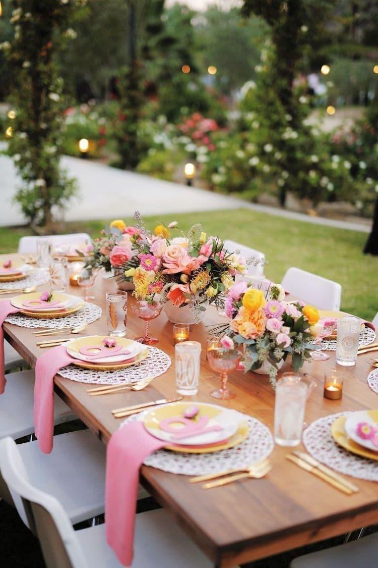 Если в украшении стола скатерть не используется, под тарелки обязательно кладутся красивые декоративные салфетки