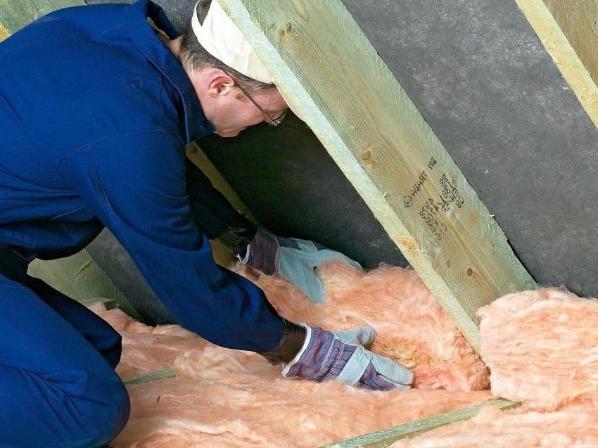 При укладке утеплителя важно следить за тем чтобы он был установлен враспор стропил