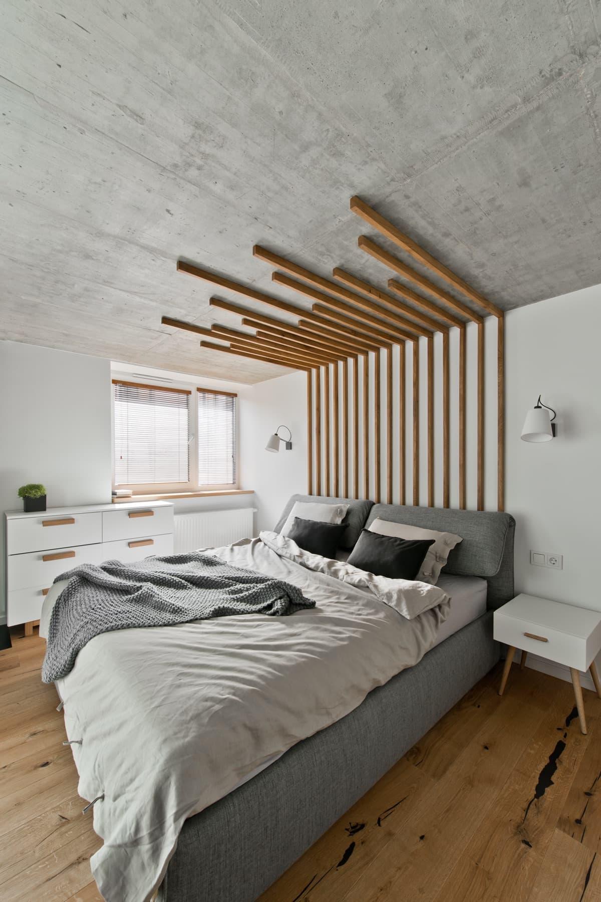 Смелое, но оправданное решение оформления деревянными брусками изголовья кровати