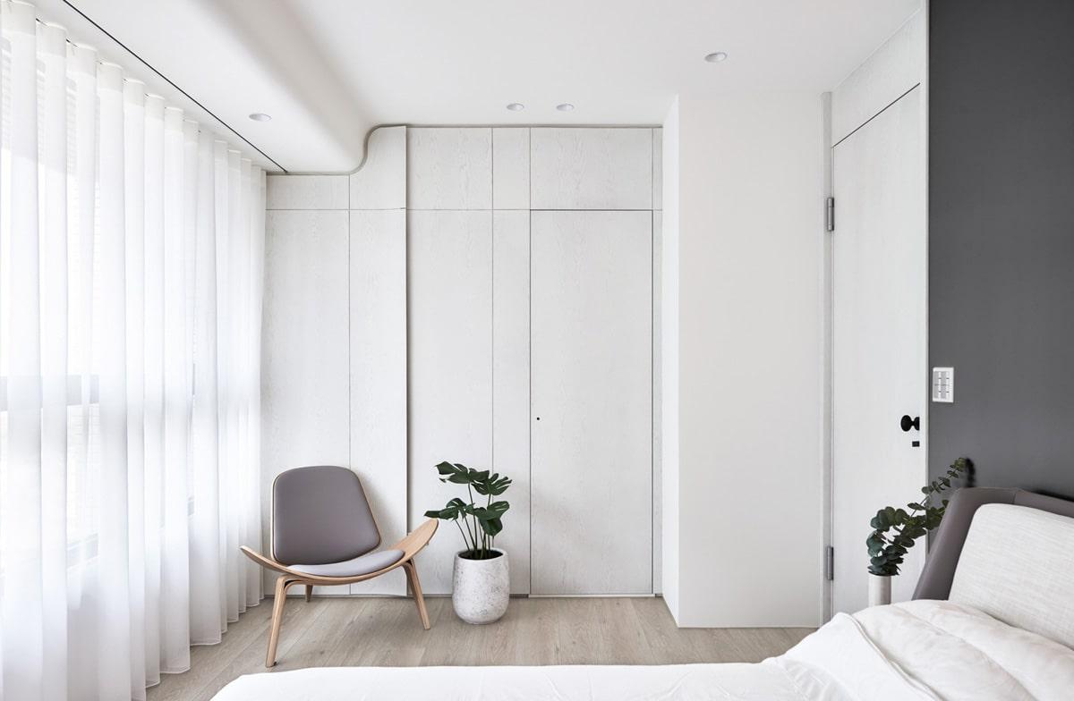 Интересный дизайн потолка в белоснежной спальне хай-тек