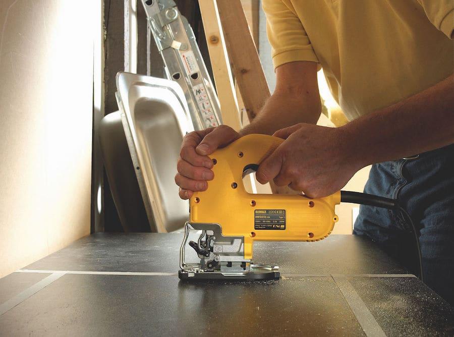 Врезку мойки в столешницу с помощью электролобзика можно осуществить всего за пять минут
