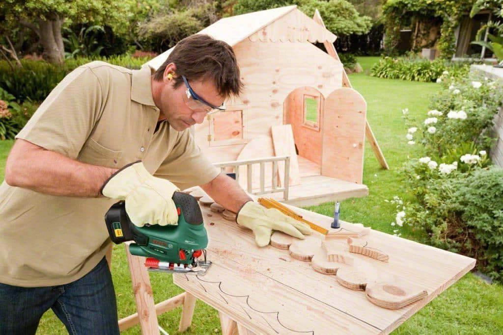 С помощью лобзика вы можете придать краям деревянной поверхности любую форму