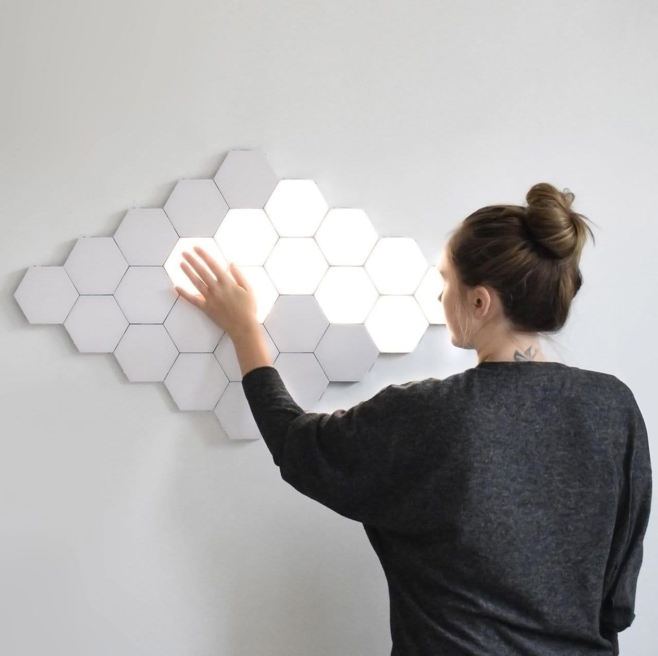 Стильная настенная композиция из светильников шестиугольной формы