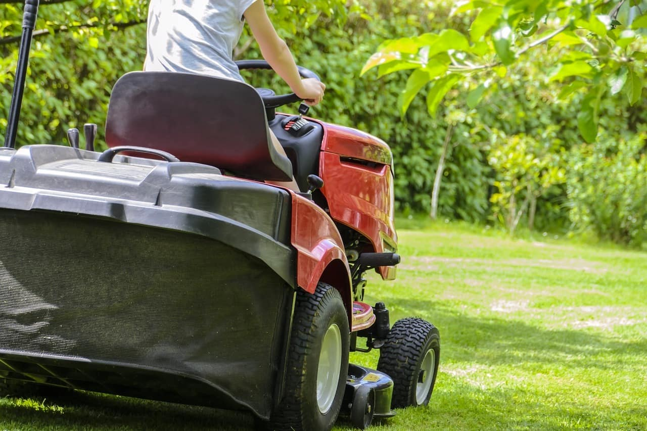 Без хорошей садовой техники осуществлять ухода за газоном на больших территориях очень сложно