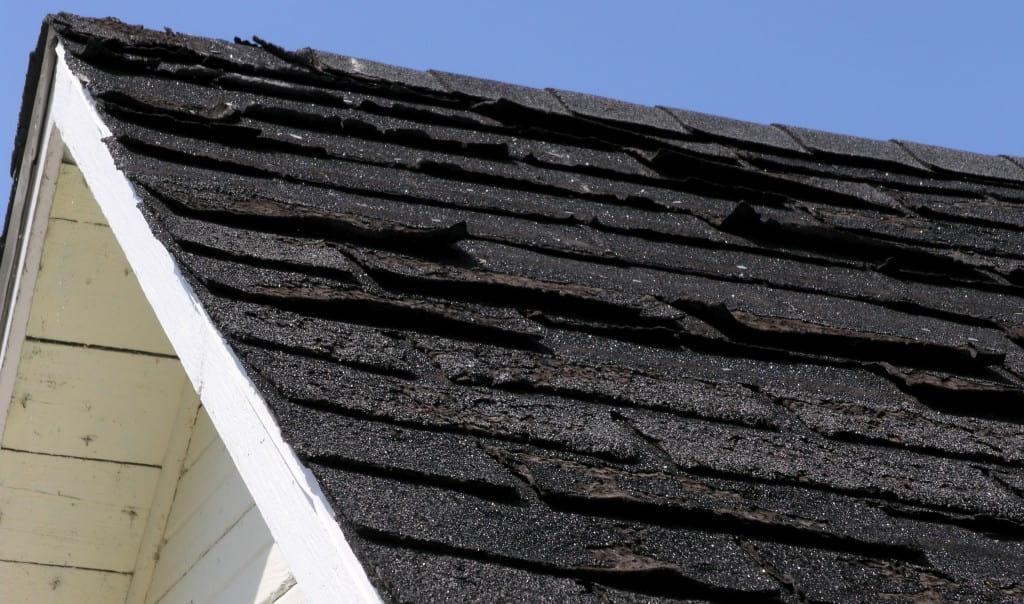 Дефекты покрытия битумной черепицы на крыше частного дома