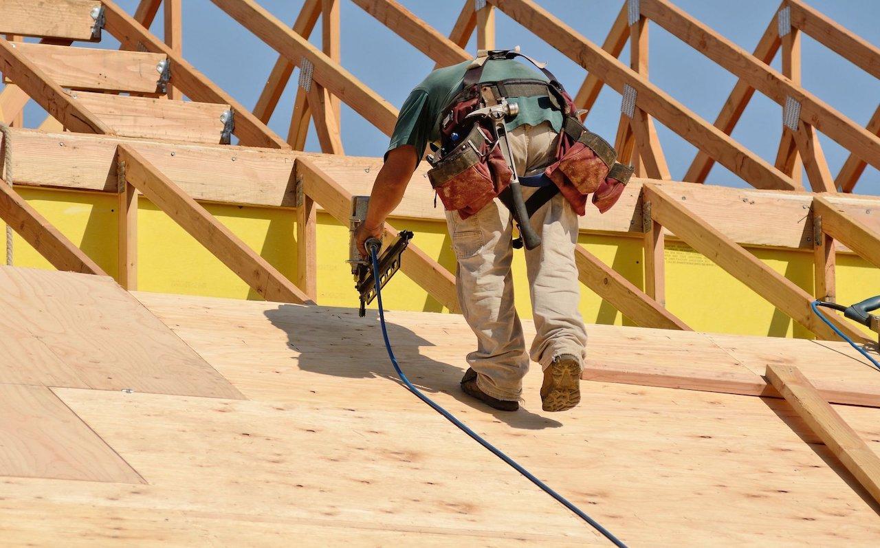 На возведение вальмовой крыши опытным строителям потребуется от 3 до 5 дней