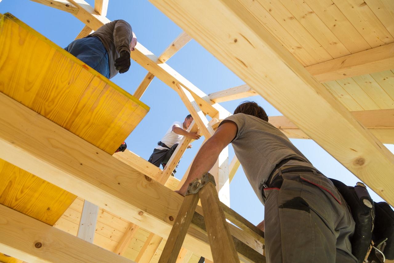 Чтобы успешно выполнить монтаж вальмовой крыши бригады из трех человек будет вполне достаточно