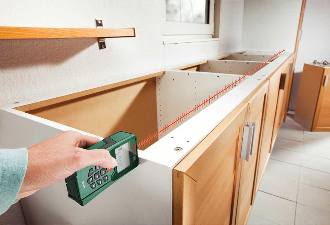 Воспользуйтесь электронной рулеткой, чтобы правильно определить длину кухонного гарнитура