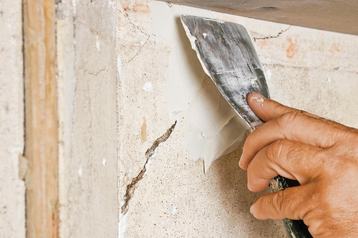 Избавиться от трещины на стене будет легче всего с помощью строительного гипса (алебастра)