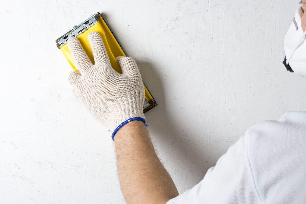 Чтобы краска на стену легла равномерно нужно убрать с поверхности все неровности