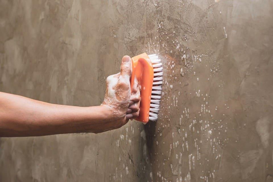 Для мытья стен лучше всего использовать универсальную щетку средней жесткости
