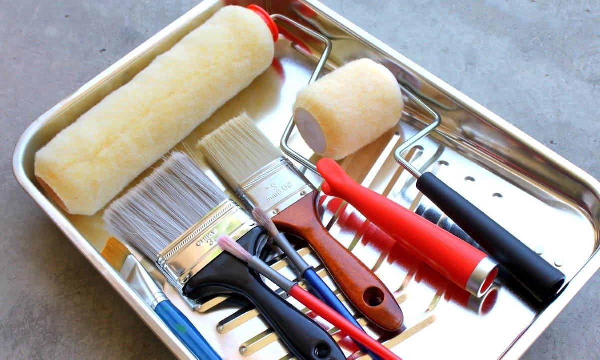 Валик и кисти – основной набор инструментов необходимый для покраски стен