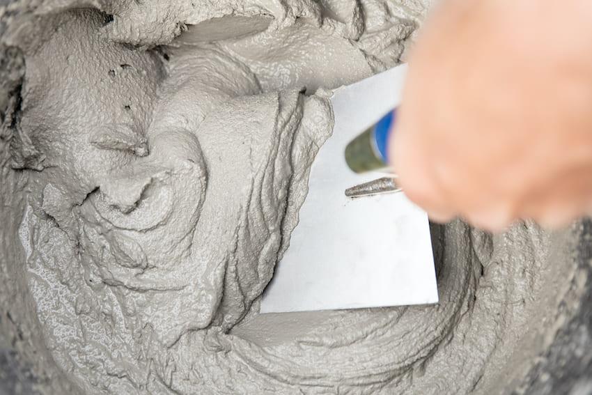 Чтобы замешанный раствор шпаклевки было удобно наносить на стены, по своей консистенции он должен быть в меру густым и пластичным