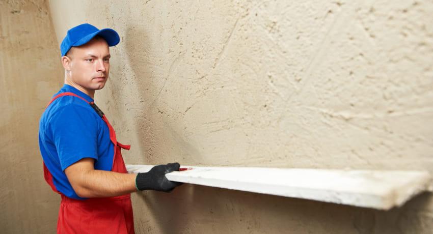 Длинная рейка поможет проверить перепады плоскости стен