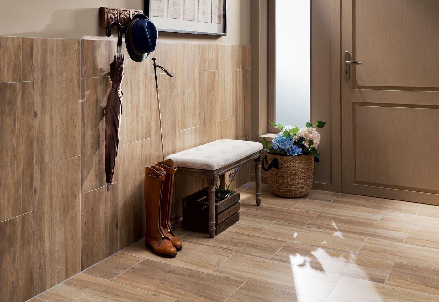 Отделка стен в прихожей керамической плиткой – наиболее практичный способ их оформления